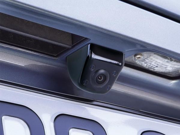 Uniwersalna kamera cofania z liniami, kwadratowa, pod podbudowę, obok podświetlenia tablicy.