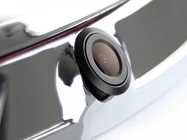 Kamera cofania z emblematem Forda zastępująca logo fabryczne Forda.